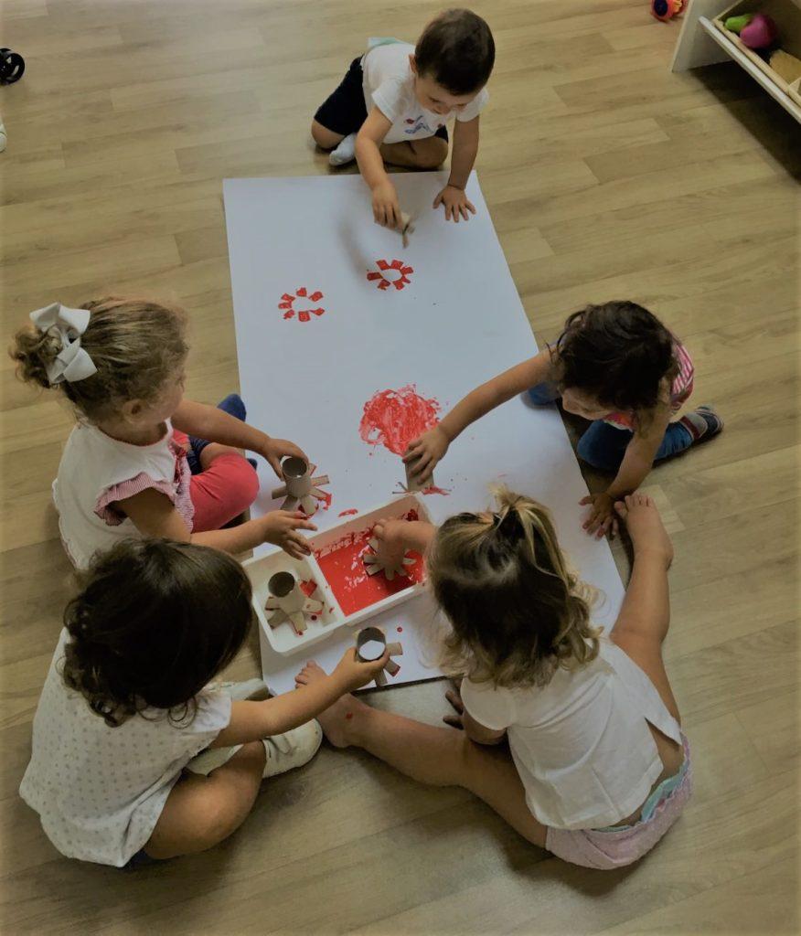 Niños jugando descalzos